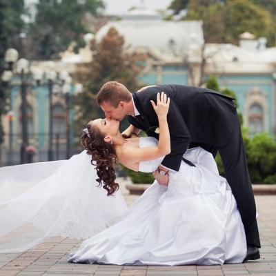 küssendes Paar bei der Hochzeit