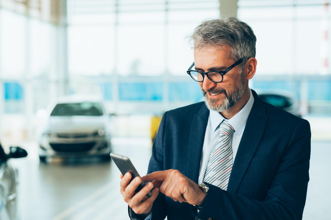 autohaendler-mit-smartphone