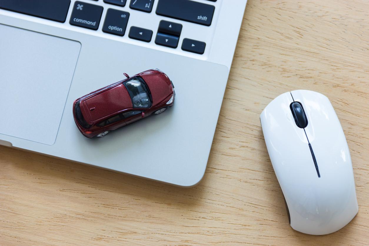 modellauto-auf-laptop