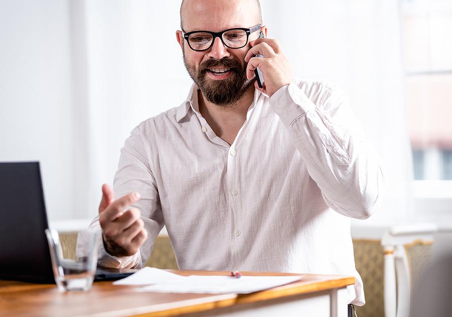 freiberufler telefoniert mit projektanbietern
